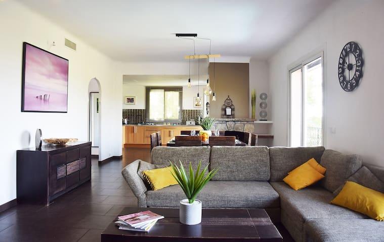 Le sofa du séjour ouvert sur la terrasse solarium.