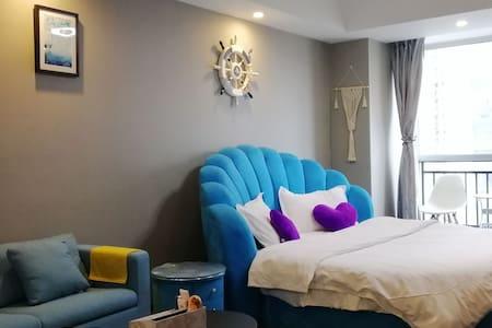 蓝色风情圆床房