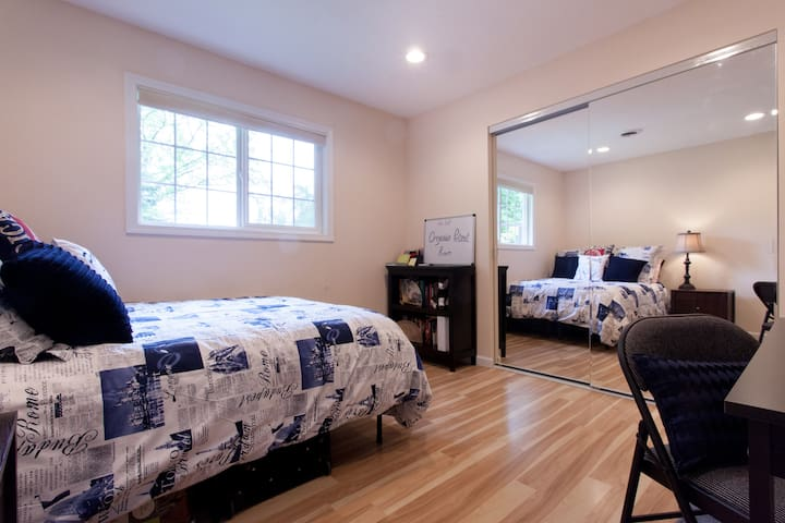 Private Oregonian Retreat Room - West Linn