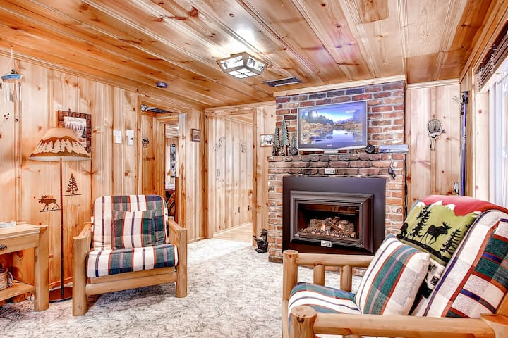 Craig's Cozy Cabin + Walk to Lake, Dining, Grocery