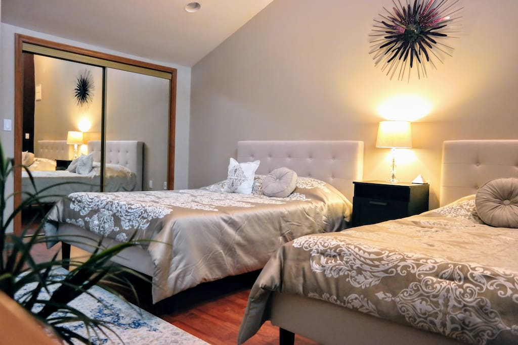 3 Queen Memory Foam Beds, Ceiling fan, HDTV w/ Chromecast, Private Bath, Central A/C , Door Lock, WiFi + Large Mirrored Closet