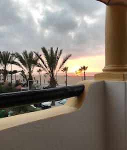 Appt résidence vue sur mer. Beachfront apartment.