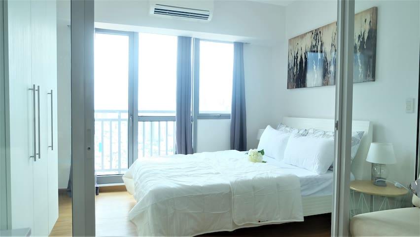 Elegant Studio Suite with Balcony near Rockwell