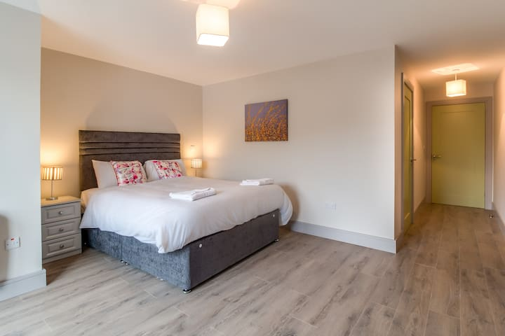 Beautiful Spacious with 5ft bed, with ensuite shower