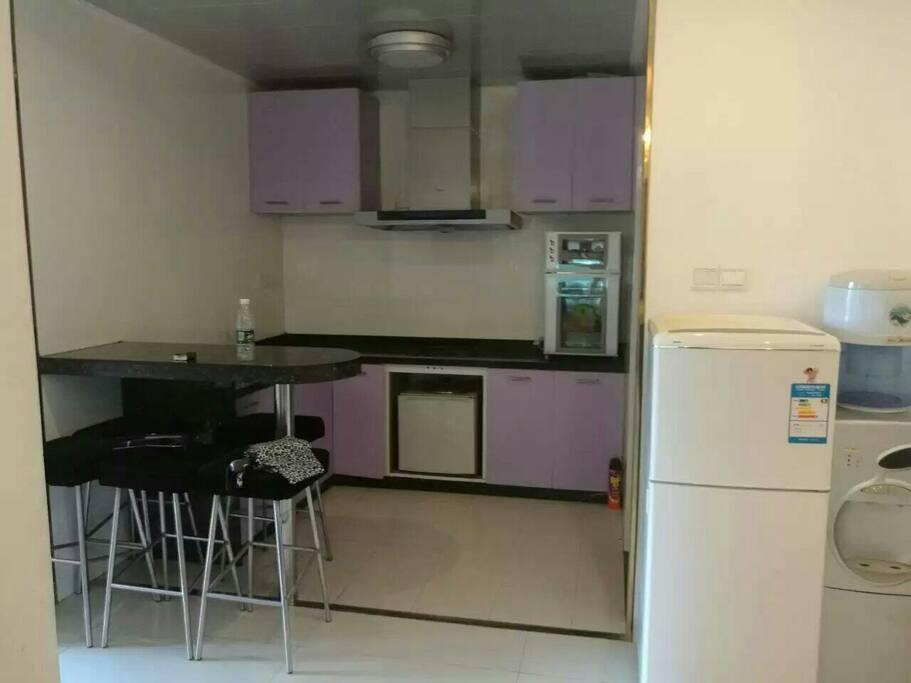 开放式厨房和吧台。