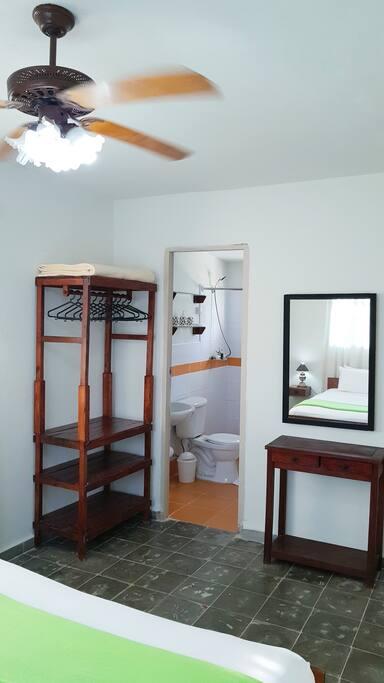 Habitación 1 cama full size con baño compartido.