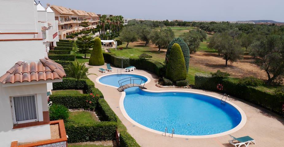 Lindo apartamento con piscina en campo de golf