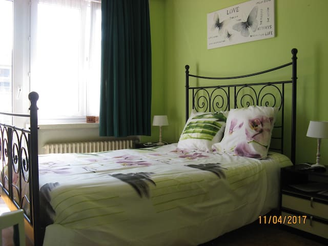 Shared room, roomy, comfortable, TV, Wifi - Oostende - Apartment