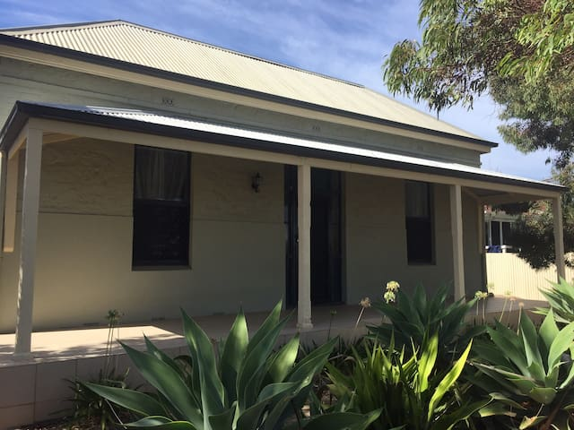 Classic Aussie colonial home + Wifi - walk to CBD