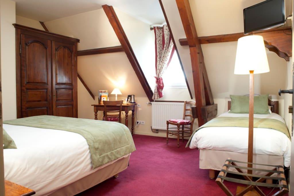Chambre pour 3 personnes avec un grand lit double et un lit d'une personne