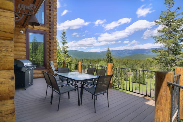 Luxurious lodge w/ gorgeous mountain views and a private hot tub