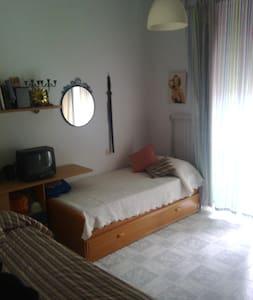 alquilo habitacion, con balcon a calle real - San Fernando - บ้าน