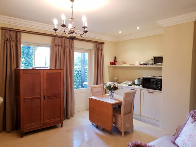 Thistlewood Cottage - Pretty guest suite