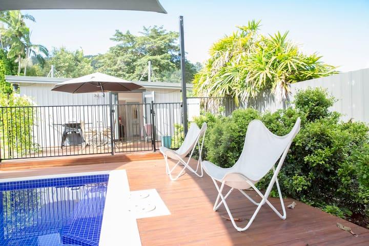 Cairns, Tropical Garden Unit, kitchen, pool & Wifi