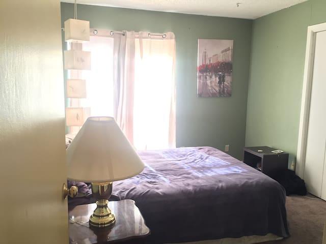 Cozy private room 4 miles to Cowboy/Ranger stadium