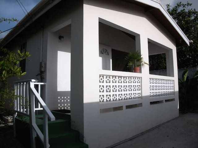 Cute 1bd cottage right by the beach