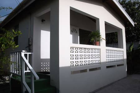 Cute 1 Bd Cottage, great area near lovely beaches