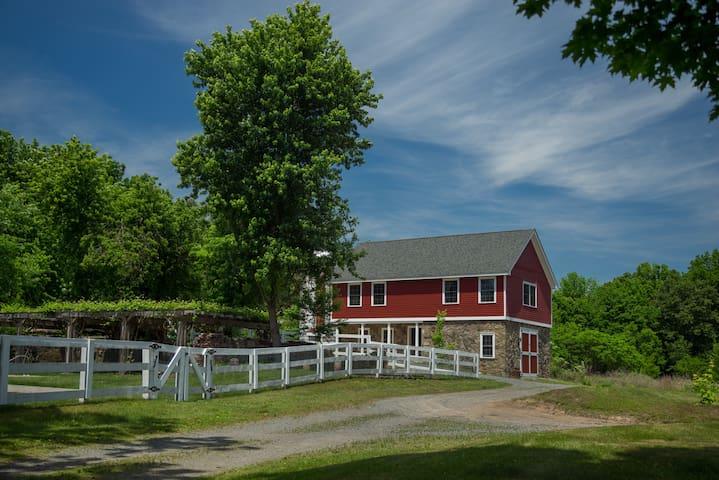 Beautifully Restored Barn in Paradise- pool access