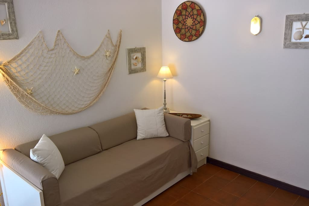 Sala con divano letto a 2 posti. Living room with double sofa bed