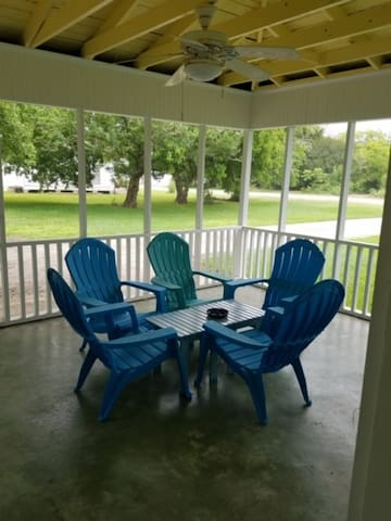 Screened in spacious porch