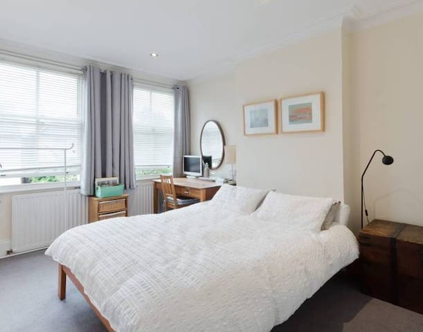 Spacious bedroom & bathroom nr Richmond
