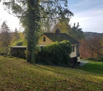 Häuschen in ruhiger, idyllischer Waldlage