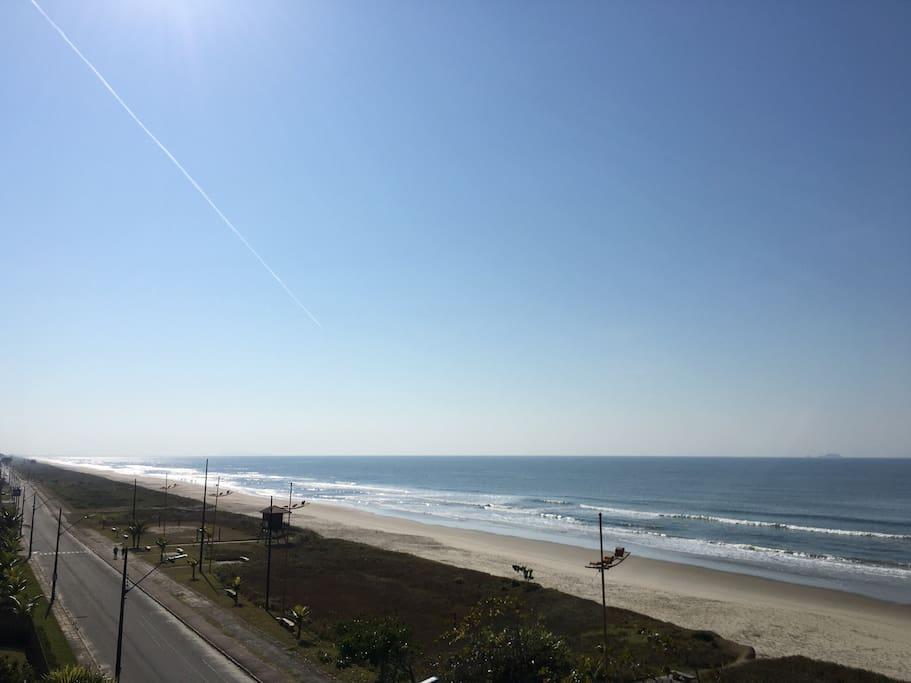 Vista da sacada do apartamento, praia limpa e tranquila :)