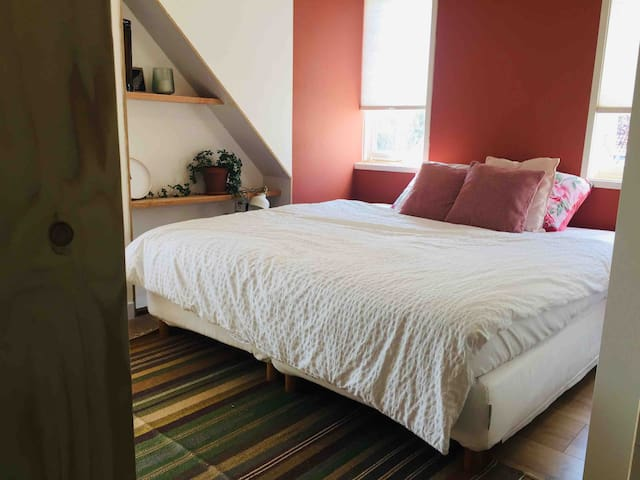 Private room with king size bed 10 min from Arnhem