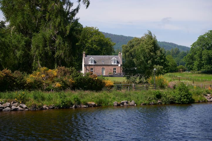 Unique Farmhouse on Caledonian Canal by Loch Ness