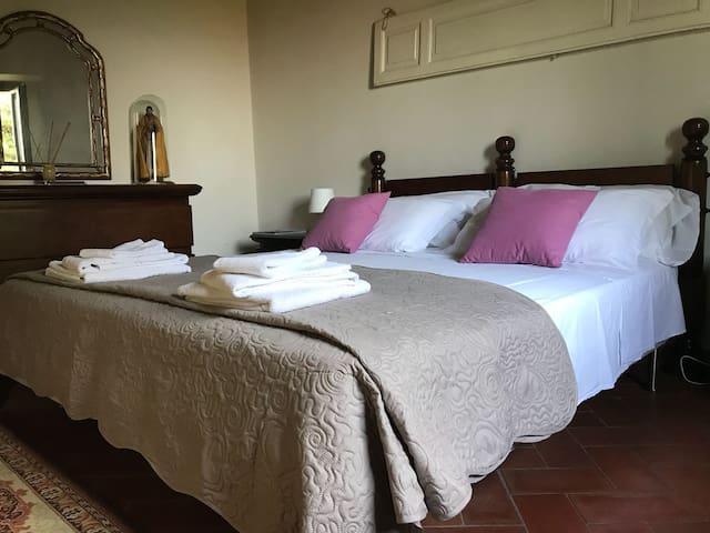 Le due camere matrimoniali vantano mobili originali in stile anni '30. The two double rooms boast 30's original furniture, recalling old times.
