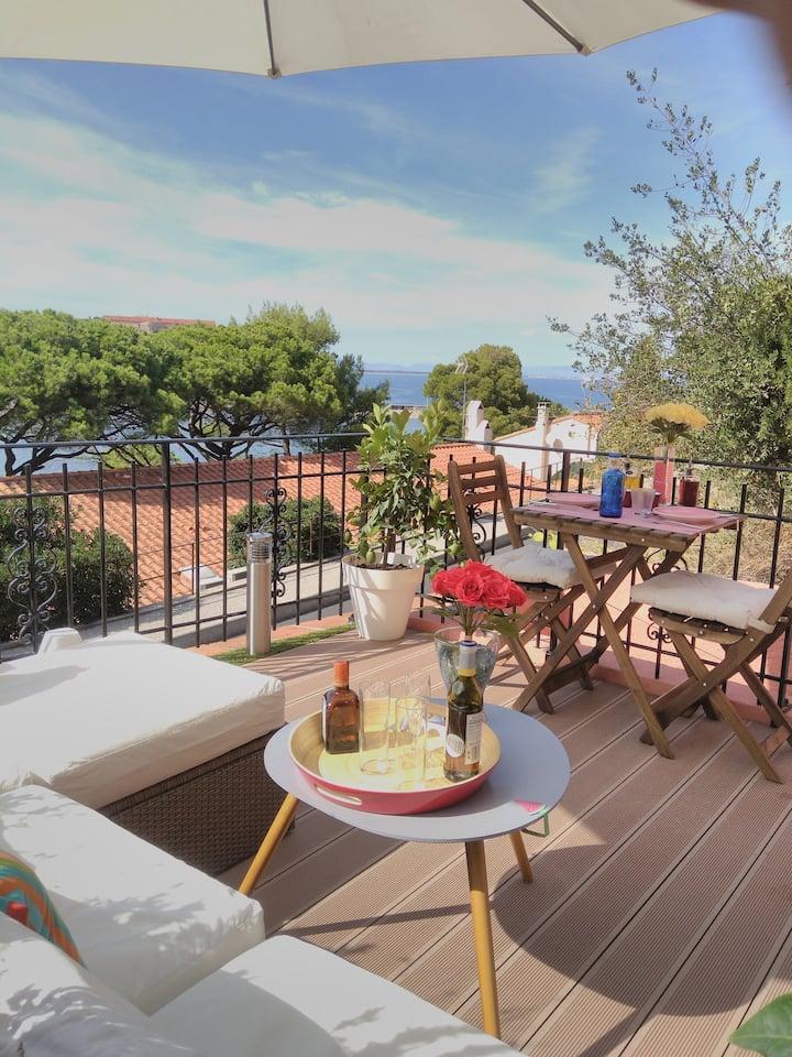 Studio with unique sea view, terrace and garage!