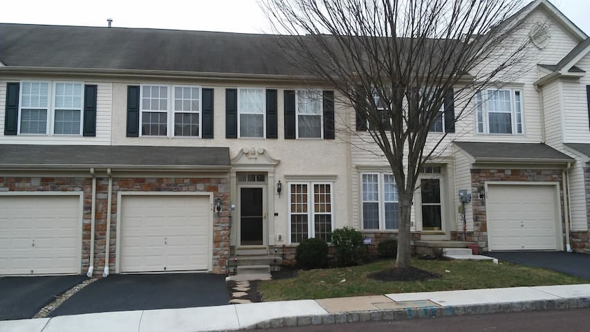 Large master bedroom w/pvt. bath in desirable area - Pottstown - Stadswoning