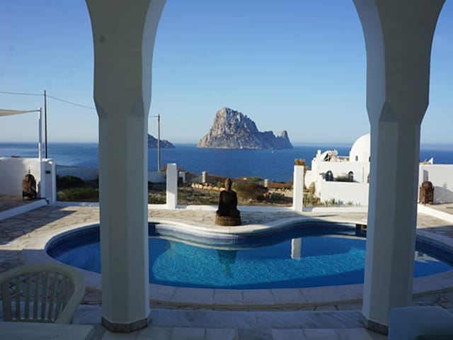 65 Luxusvilla mit Pool und Meerblick