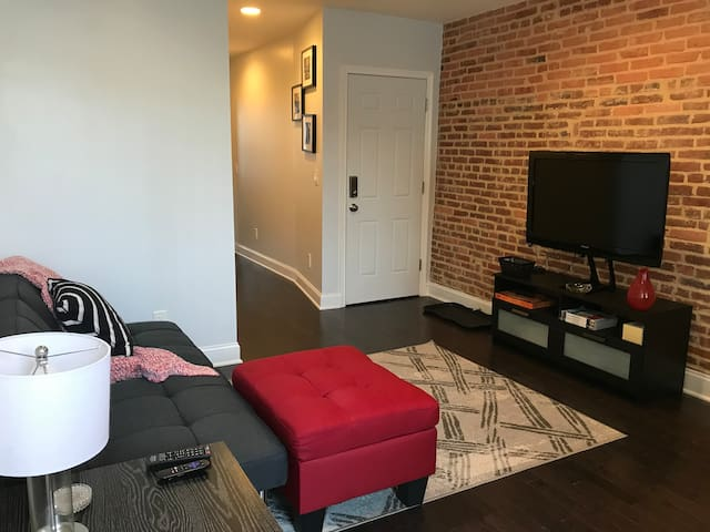 Modern Apartment Walking Distance to Water & Park