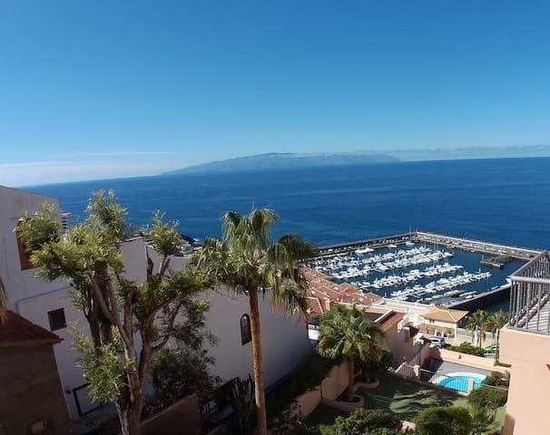 Le port, l'océan et l'île de la Gomera