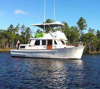 Classic Trawler Yacht - Hajó