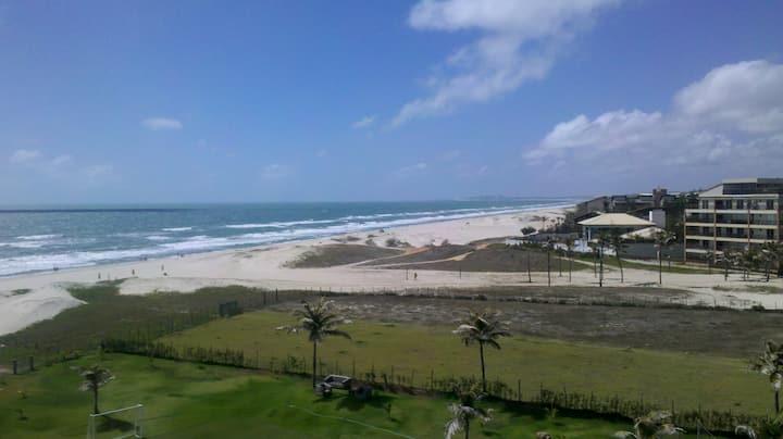 Ao lado do Beach Park, pé na areia.
