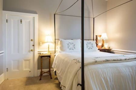 A romantic four poster Queen size bed