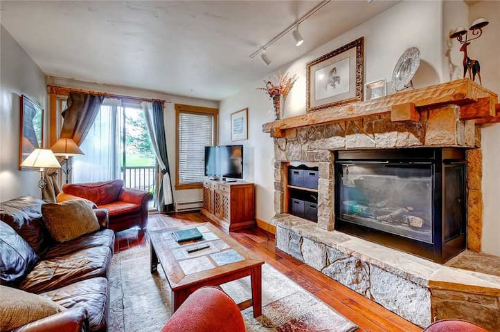 Cozy mountain condo with shared hot tubs, pool, hotel amenities & ski shuttle!