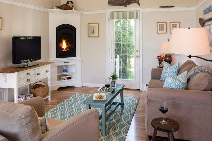 Cape Cod Romantic Suite With Deck & Fireplace - Barnstable - Bed & Breakfast