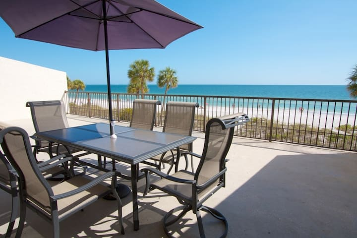 Enormous Private Beachfront Patio. Totally Renovated Inside. - Madeira Beach - Condo