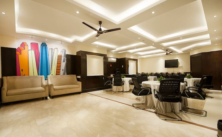 Deluxe Room In Nehru Place With Modern Amenities