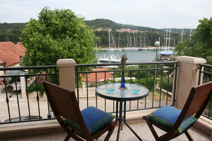 1st Floor Apt, Sea View Balcony, 400m to Beach