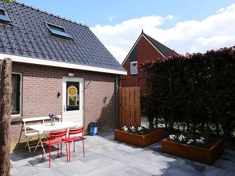 Entrée woning, privé terras en tuin.