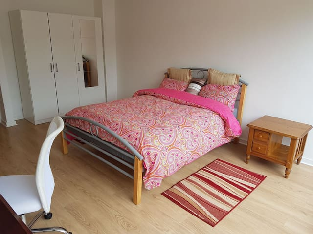 Beautiful room #3 close to MK City center, Xscape