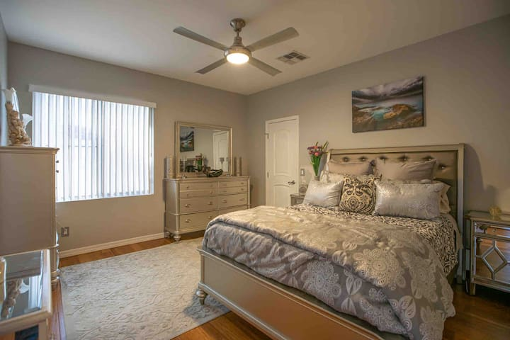 Queen size bed (with private bathroom)
