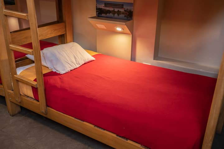 Cama en dormitorio compartido, baño privado