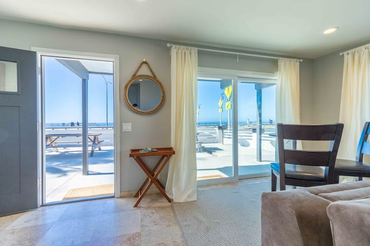 BEACHFRONT 2BR Condo,Ocean Views,Clean,AC,Parking