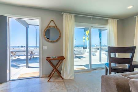 BEACHFRONT 2BR Condo,Ocean Views,Clean,AC,Parking