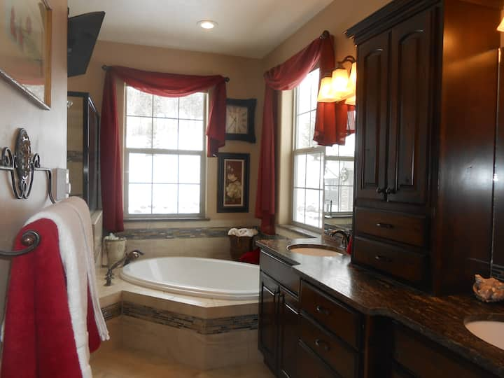 Quiet country home, KING suite
